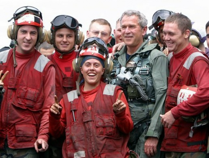 Tidlgiere amerikansk president, George W. Bush, poserer med militært personell, like før talen « Mission Accomplished » 1. mai 2003, på hangarskipet USS Abraham Lincoln																Foto:Wikimedia/White House photo by Paul Morse