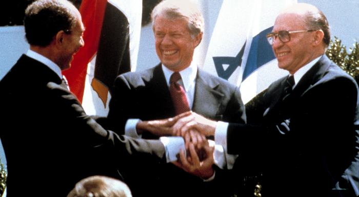 Egypts president,  Anwar Sadat, USAs president Jimmi Carter og den israelske statsministeren Menachem Begin i Washington, 1979. Det var under fredsavtalen mellom Israel og Egypt.			AP Photo/Bob Daugherty, File
